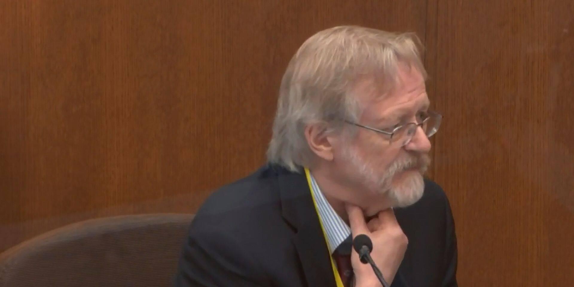 """La mort de George Floyd due """"à un faible niveau d'oxygène"""", affirme un expert"""