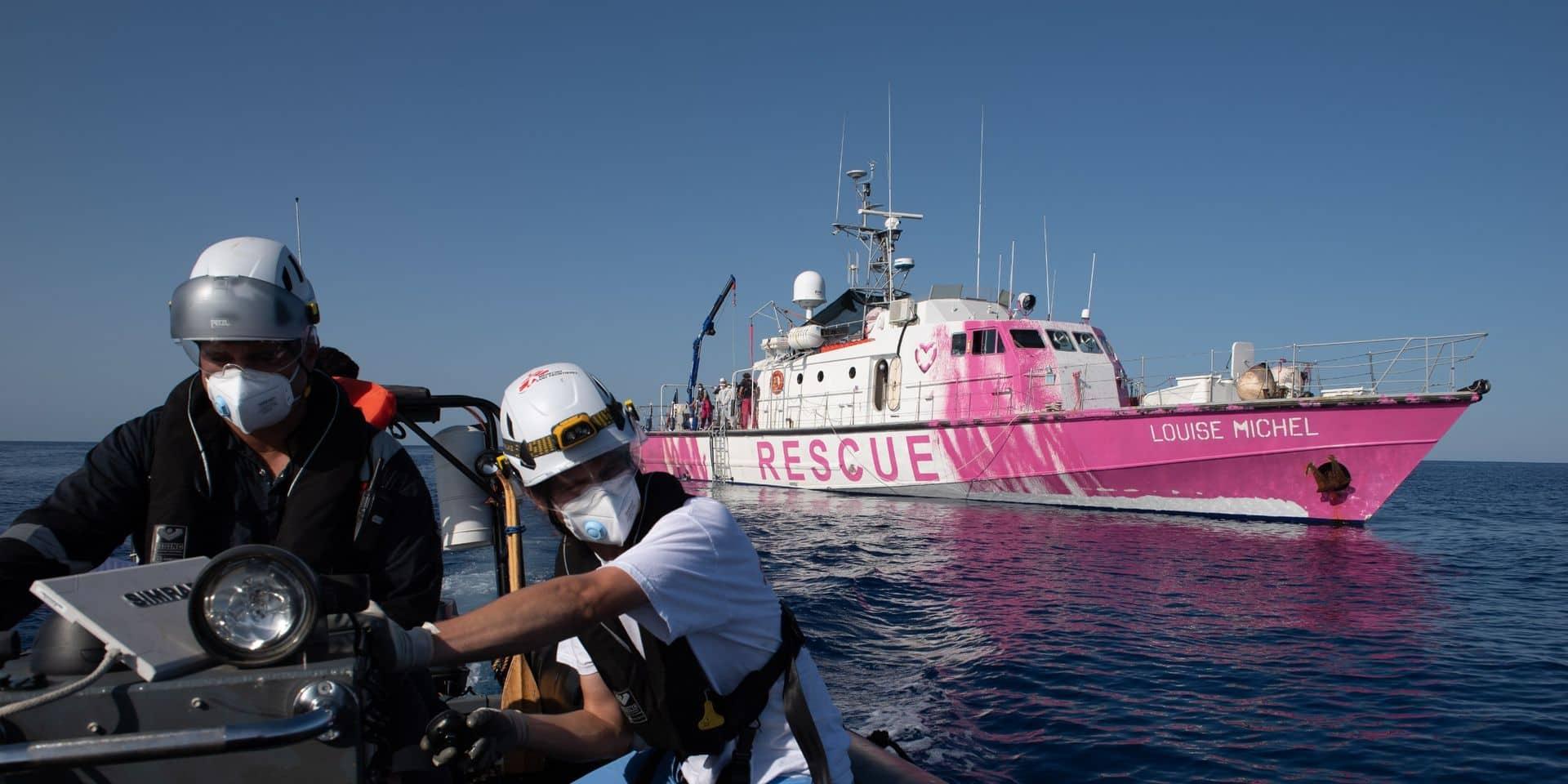 Le bateau humanitaire de Banksy appelle à l'aide après un sauvetage massif de migrants en Méditerranée, un mort à bord