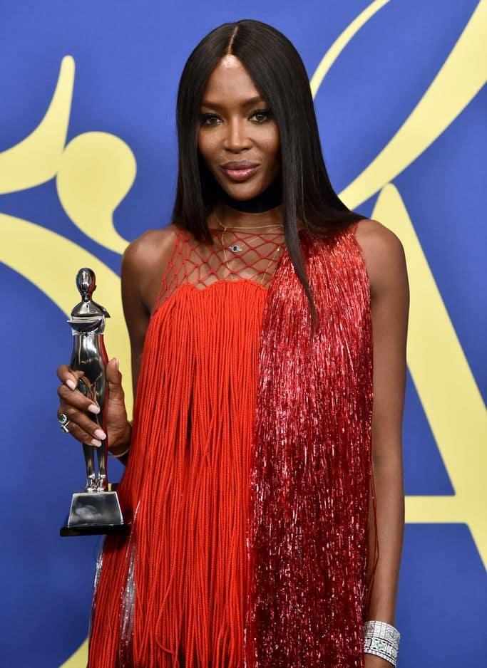 Naomi Campbell dans une robe Calvin Klein repart avec le