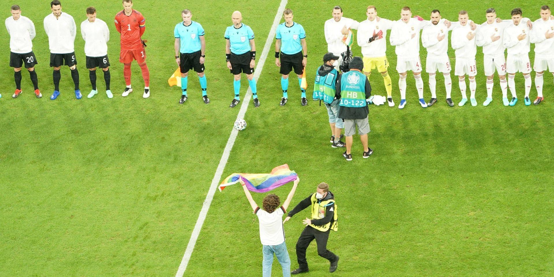 Allemagne-Hongrie: un activiste s'introduit sur le terrain avec un drapeau arc-en-ciel pendant l'hymne hongrois (VIDEO)