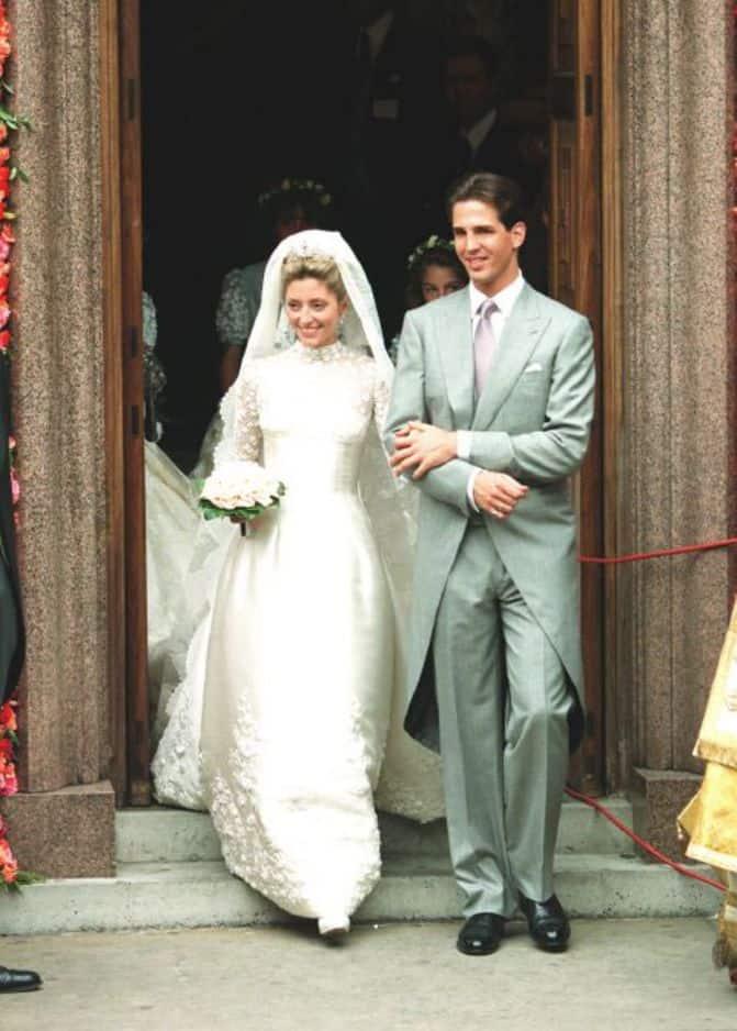 C'est une robe Valentino que portait Marie-Chantal Miller lors de son mariage avec le prince Pavlos de Grèce en 1995. Un véritable bijou qui a mobilisé 25 personnes et qui aurait coûté plus de 200 000 euros.