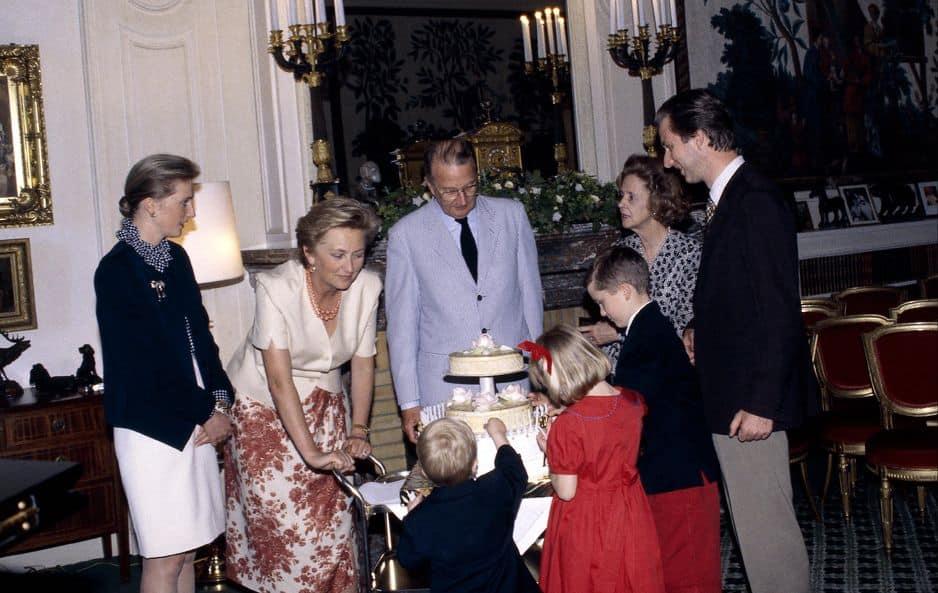 1994. Pour les 60 ans du prince Albert, Paola est entourée de son mari, de Philippe, de la reine Fabiola, de sa fille Astrid et de ses trois premiers petits-enfants : Amedeo, Maria-Laura et Joachim.