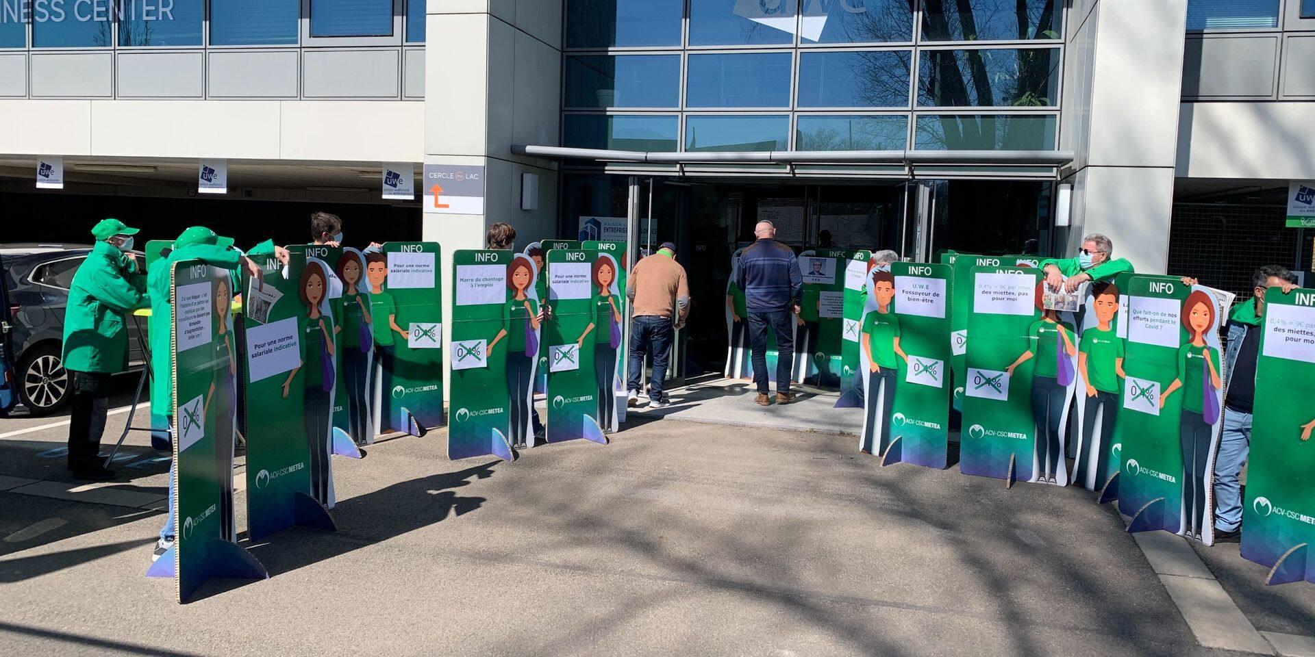 N'ayant pu être reçue à l'Union wallonne des entreprises, la CSC arrive avec des travailleurs… en carton