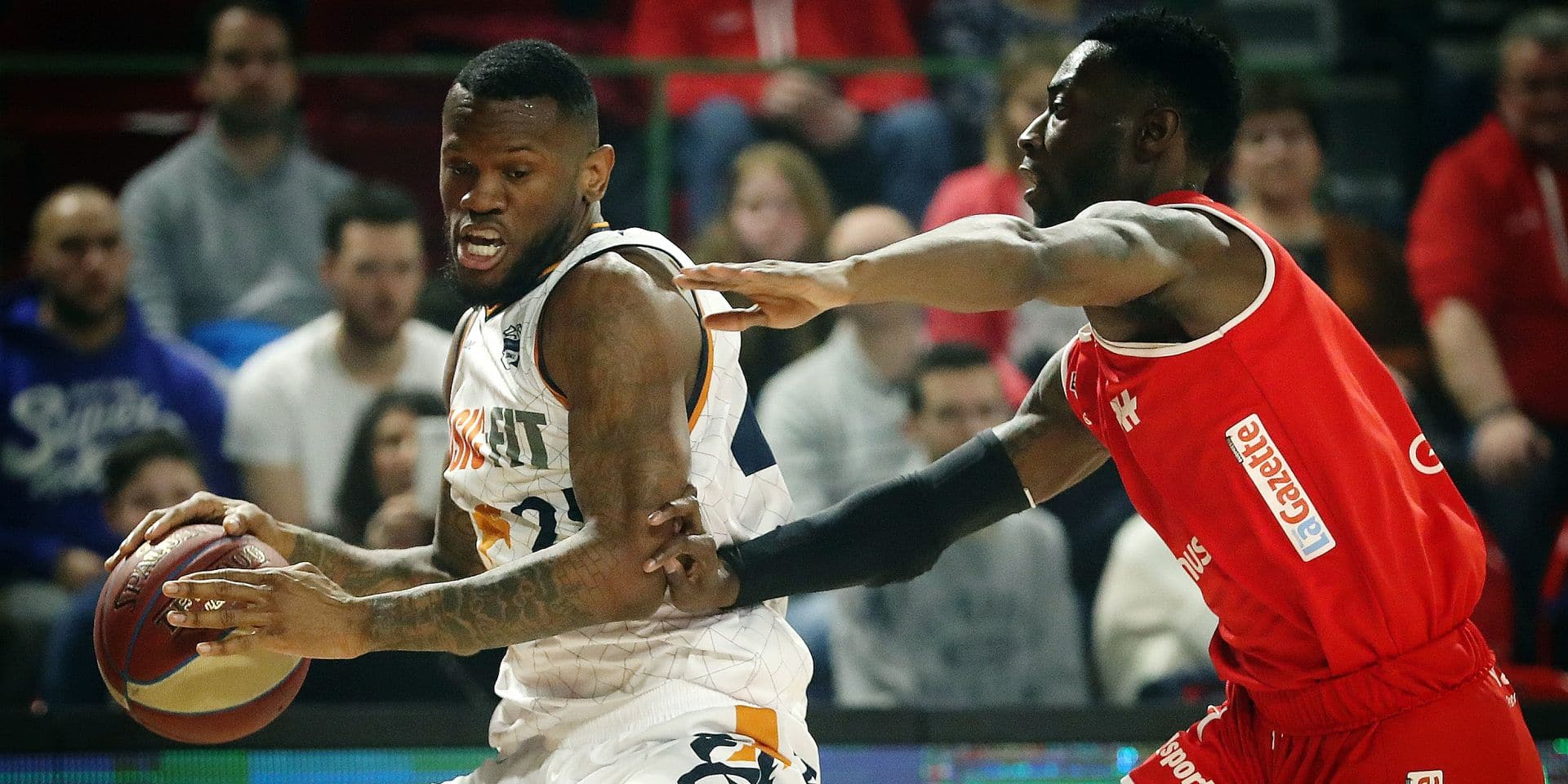 Brussels' Caleb Walker and Charleroi's Dario Hunt fight for the ball during the basketball match between Spirou Charleroi and Brussels, Friday 01 March 2019 in Charleroi, on day 18 of the 'EuroMillions League' Belgian first division basket competition. BELGA PHOTO VIRGINIE LEFOUR