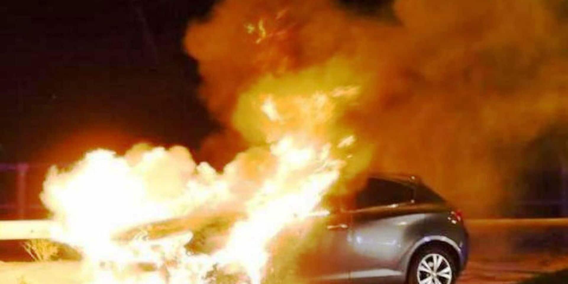 Une moto percute un véhicule en stationnement et prend feu : le motard est décédé