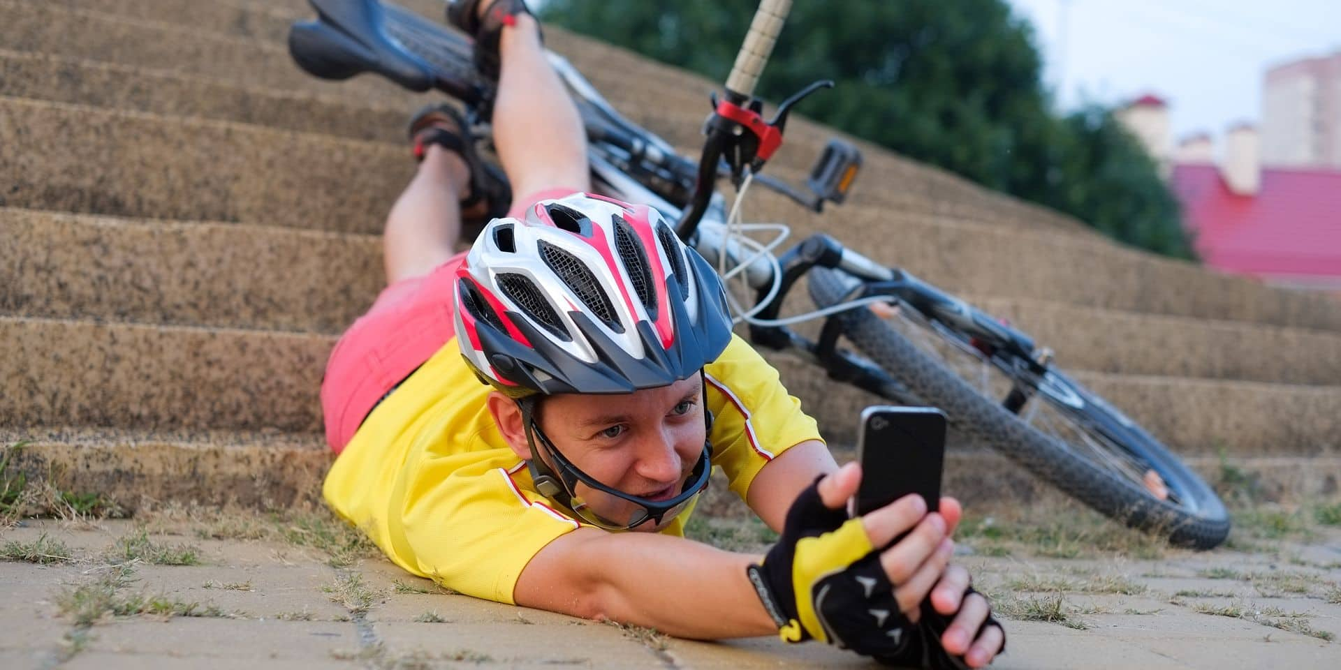 SMS au guidon, contresens, sans les mains: ces comportements à risques que les cyclistes avouent commettre sur la route !